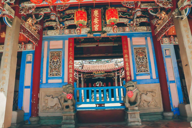 像是同鄉會館、信仰儀式、以及早期的市集街區等等,這些廟宇也正式彰化最早期街區的模樣。