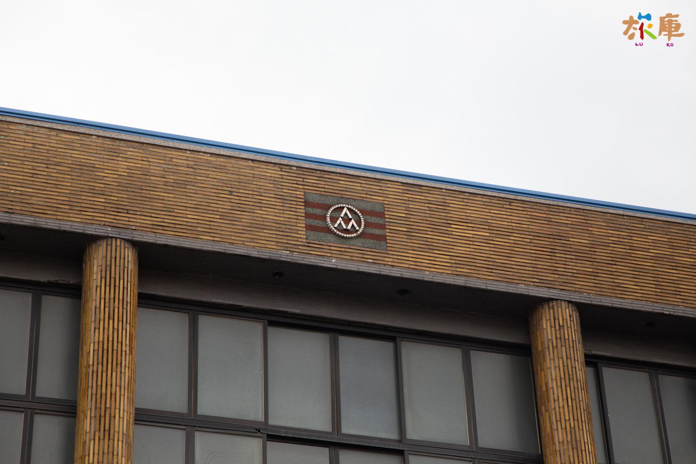 標誌中間三個「人」字,表示「我為人人、人人為我」的合作精神,外環表示合作大團結