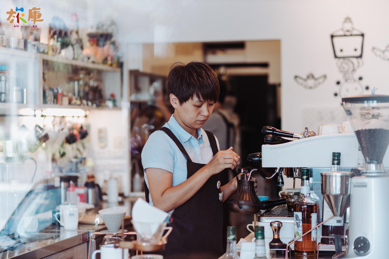 圖4<店長黃書萍專注的在手沖咖啡>